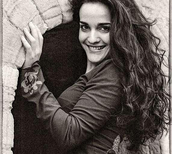 ESTHER (MAYO, 2000)